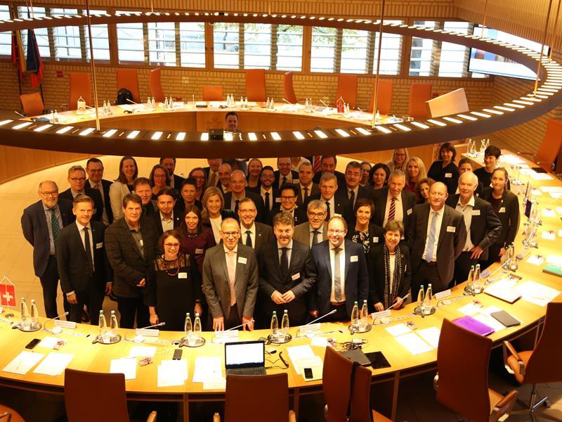 Das Foto zeigt die Teilnehmer der Konferenz im Landtagssaal (Foto: EFTA Sekretariat)